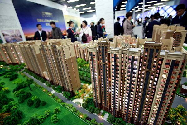 中國房地產市場一直火熱,外界擔心泡沫嚴重。圖為2011年4月中旬北京一購房展示廳。(AFP/Getty Images)