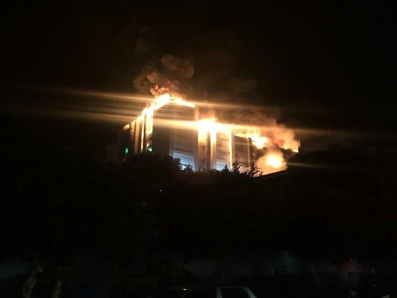 桃園敬鵬大火燒一夜 5名消防員殉職2命危
