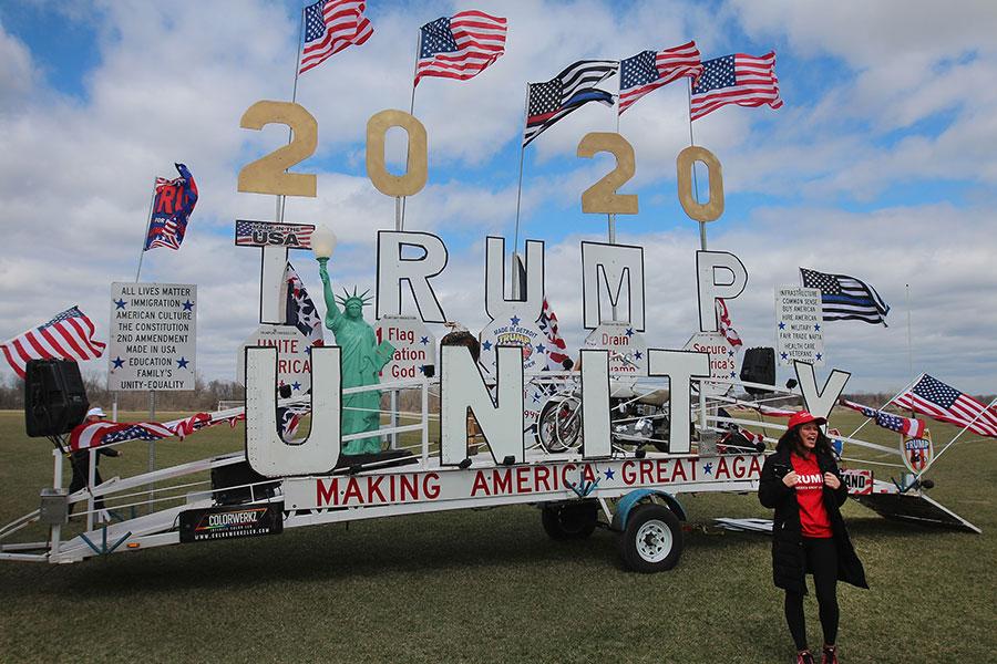 周六,支持者在等待特朗普開始密歇根集會。(Scott Olson/Getty Images)