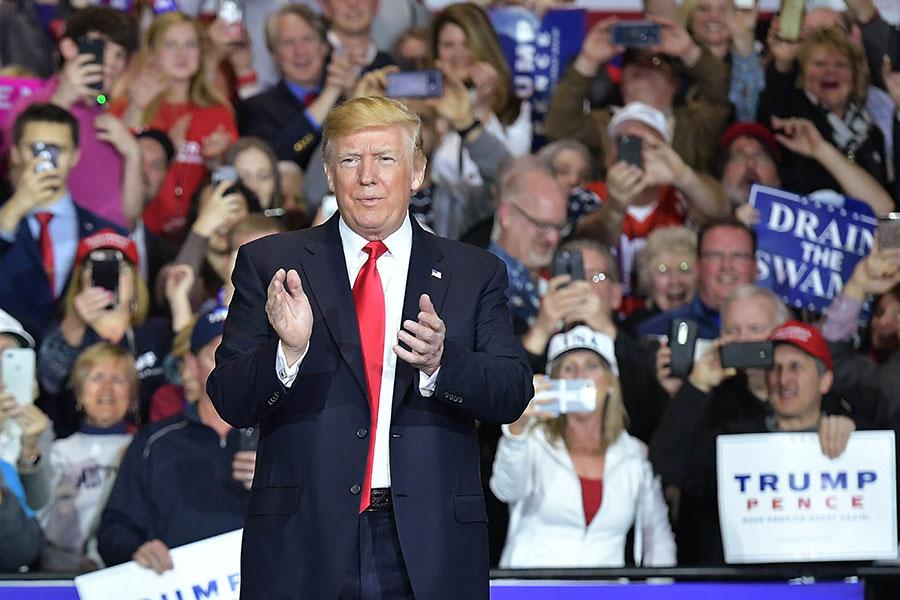 周六(28日)晚,美國總統特朗普在密歇根州發表集會演說。現場支持者逾6000人。特朗普就北韓無核化問題發表了廣泛的言論,同時還談到了邊境牆及美國中起選舉的問題。(MANDEL NGAN/AFP/Getty Images)