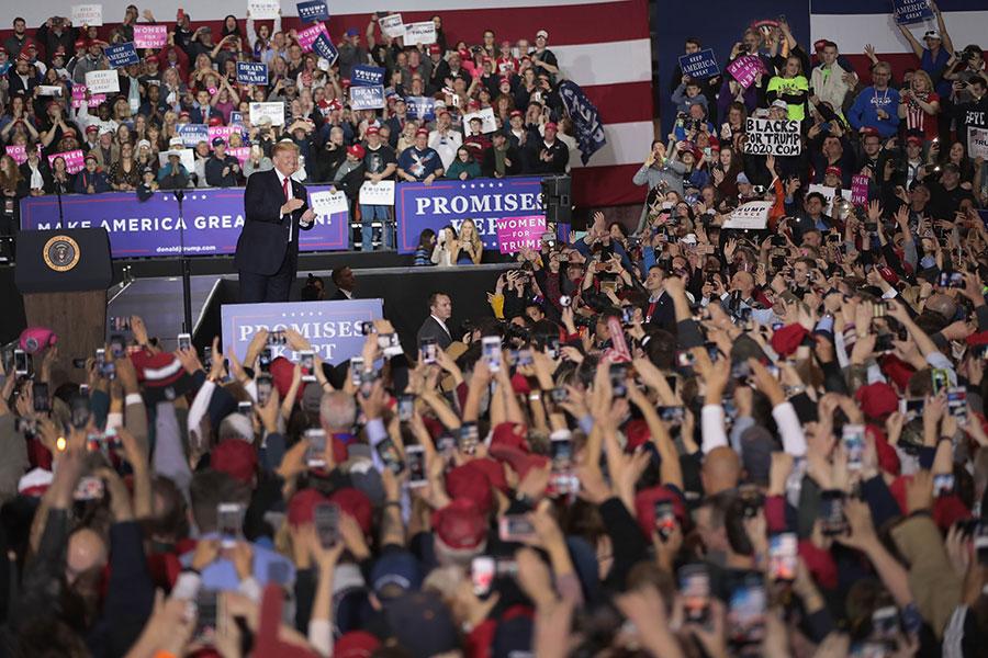特朗普總統周六晚參加密歇根州集會,媒體報道稱,現場有超過6000人參加。(Scott Olson/Getty Images)