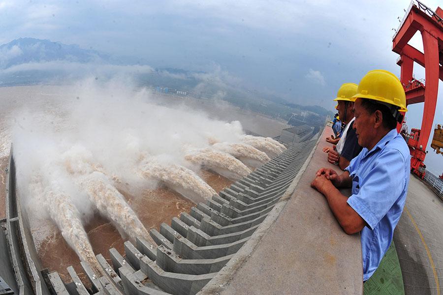 圖為湖北宜昌的三峽大壩,攝於2012年7月24日。(STR/AFP/GettyImages)