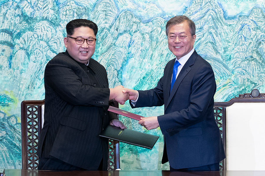 南韓總統文在寅於4月27日與北韓領導人金正恩舉行會晤,會後雙方簽署了《板門店和平繁榮統一北韓半島宣言》。(KOREA SUMMIT PRESS POOL/AFP/Getty Images)