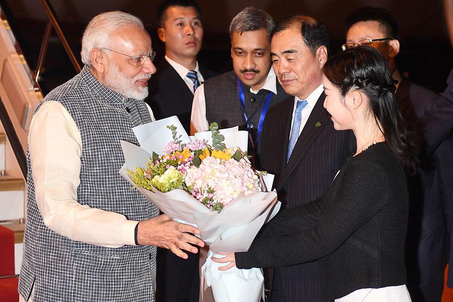 4月27日,印度總理莫迪訪問中國,抵達武漢機場時接受鮮花致送。(AFP/Getty Images)