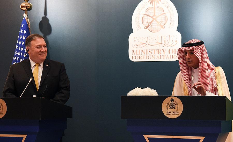 蓬佩奧和沙特外交部長朱拜爾舉行聯合新聞發佈會。(FAYEZ NURELDINE/AFP/Getty Images)