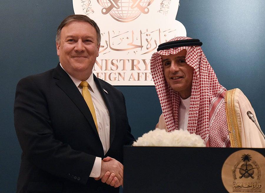 美新任國務卿蓬佩奧周六抵達沙特後,周日前往中東訪問的第二站以色列。蓬佩奧此行正值特朗普急於就伊朗核協議作出決定之際,因此被指意義重大。圖為蓬佩奧和沙特外交部長。(FAYEZ NURELDINE/AFP/Getty Images)