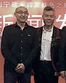 在車禍中死亡的星火旅行社總經理兼烏有之鄉主編刁偉銘(左)生前與司馬南(右)合照。(紅歌會網站截圖)