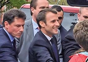 法國總統訪美插曲  法輪功學員向馬克龍送祝福