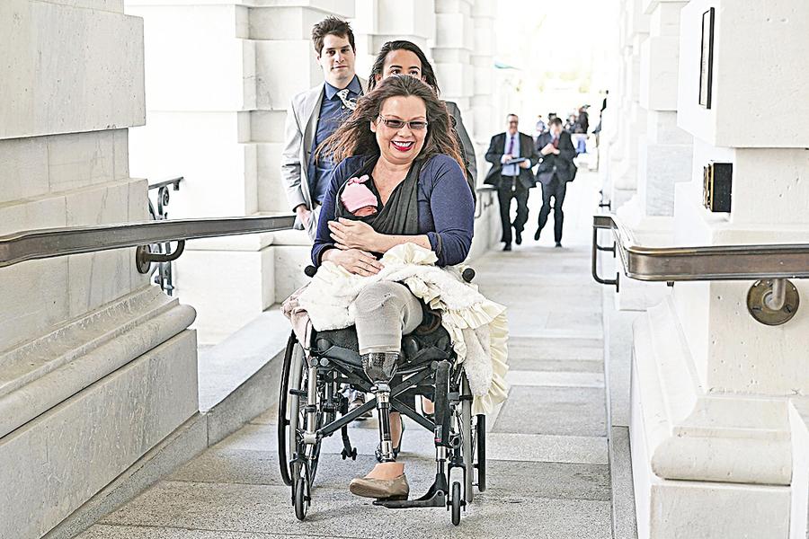 女參議員帶新生女兒參加參議院表決