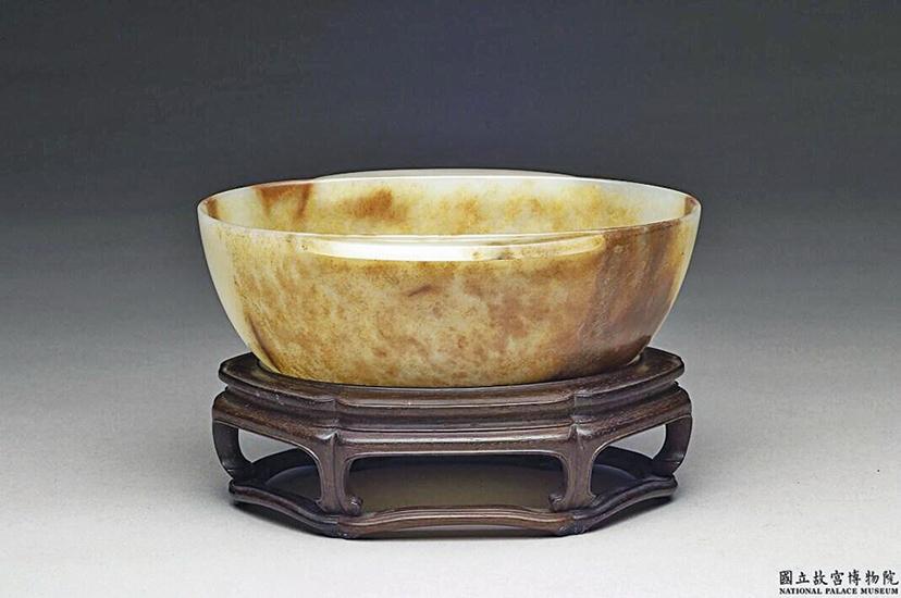 宋白玉羽觴杯,全器多處帶赭褐及黃色斑。(公有領域)