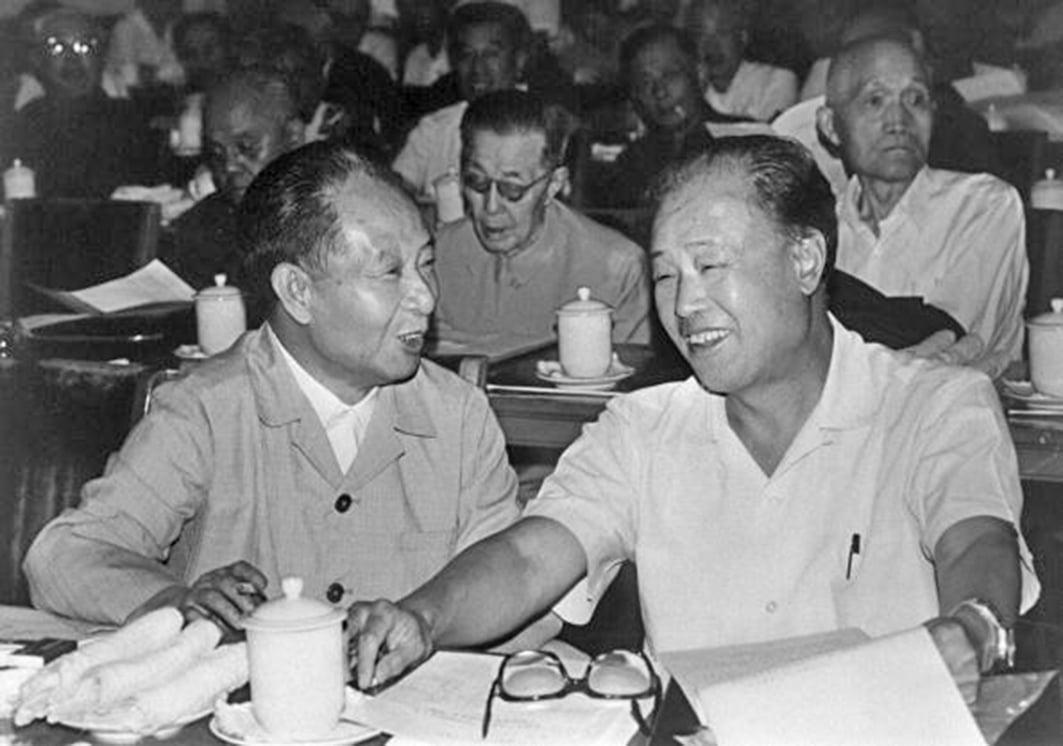 胡耀邦(左)和趙紫陽(右)1982年9月9日在北京檔案照。(AFP)