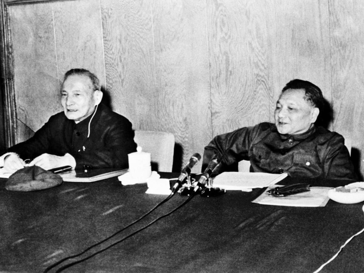 毛澤東發動的殘酷內鬥、土改、餓死幾千萬人的大躍進、反右、直到文革前期,鄧都是毛的跟班、打手。圖為中共元老陳雲(左)及鄧小平資料圖。