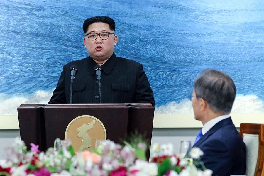 南韓《東亞日報》報道說,北韓領導人金正恩在兩韓首腦會談上表明了「徹底無核化」的意願。圖為金正恩在兩韓首腦會談的晚宴上發言。(KOREA SUMMIT PRESS POOL/AFP/Getty Images)