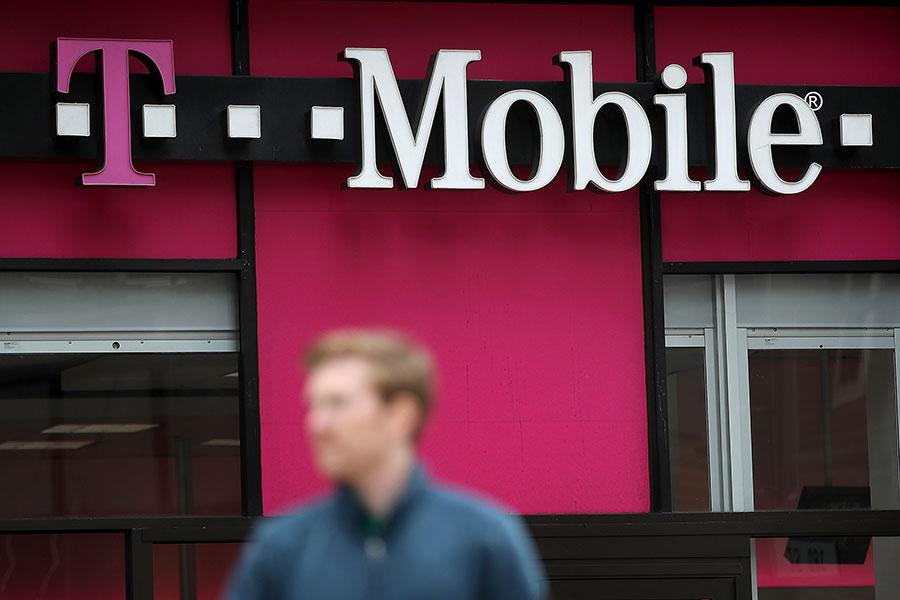 美國第三大電信營運商T-Mobile和第四大營運商Sprint Corp.宣佈,兩家公司準備以265億美元完成合併計劃。(Justin Sullivan/Getty Images)