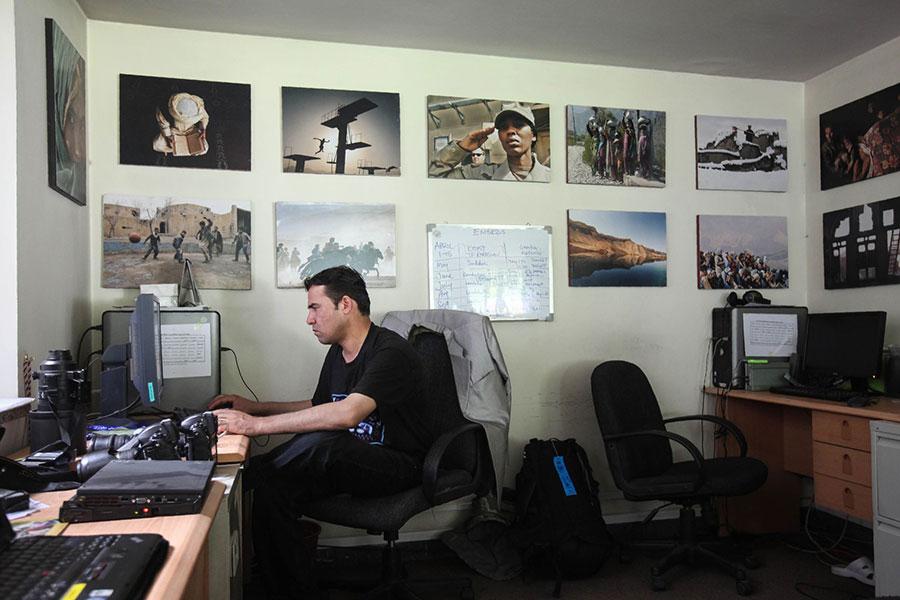 法新社駐喀布爾首席攝影記者馬瑞(Shah Marai)(圖)在內的10名記者,4月30日連同其他數十人在阿富汗各地的攻擊事件中遇害(AFP PHOTO / Ed Jones)