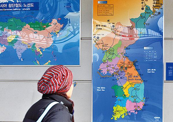 圖為南韓一個火車站牆上懸掛的朝鮮半島地圖。(Getty Images)