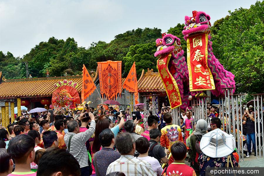 每年黃曆二月初十至十四日,河上鄉盛大慶祝洪聖寶誕。圖為醒獅跳梅花樁表演。(張浩林先生提供)