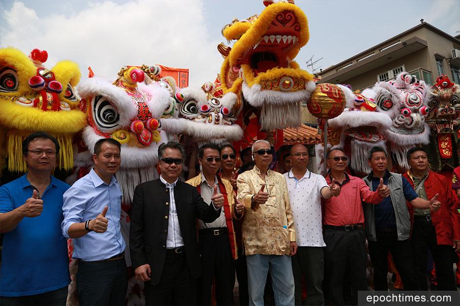 候志強主席(左三)與眾人延續傳統,恭賀洪聖寶誕。(陳仲明/大紀元)