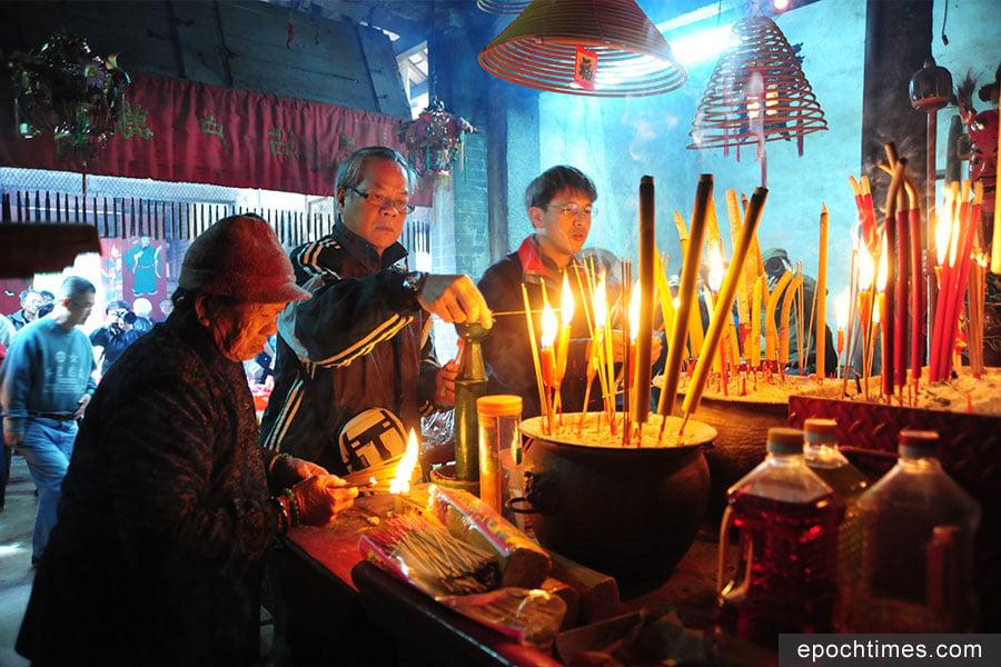 洪聖誕期間,不少民眾前往洪聖古廟拜祭祈福。(張浩林先生提供)