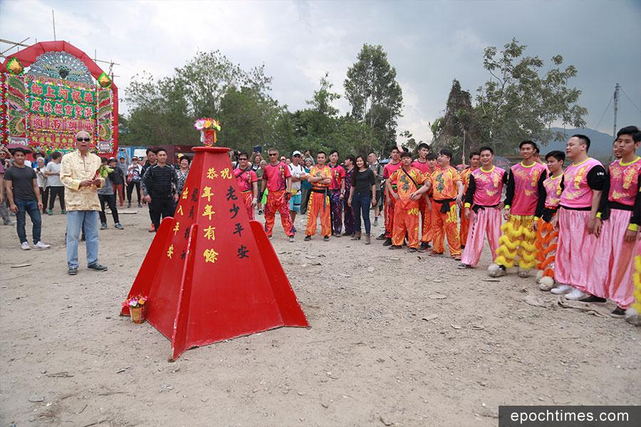 河上鄉特有搶花炮儀式延續傳統,過程雖然激烈但很有秩序。(陳仲明/大紀元)