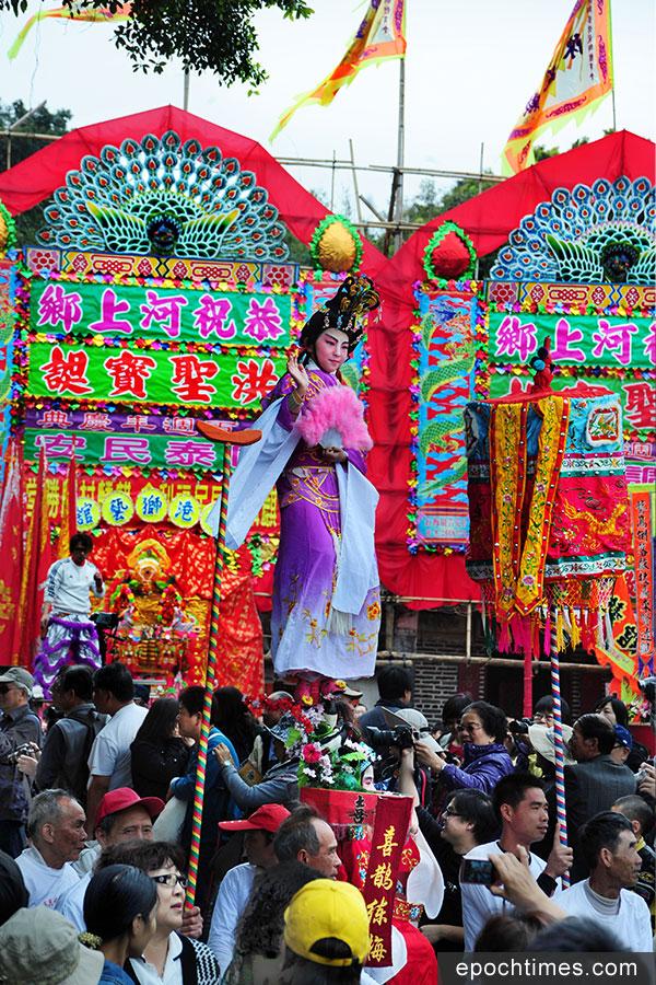 2011年的「河上鄉洪聖寶誕廟會100周年慶典」飄色巡遊。(張浩林先生提供)