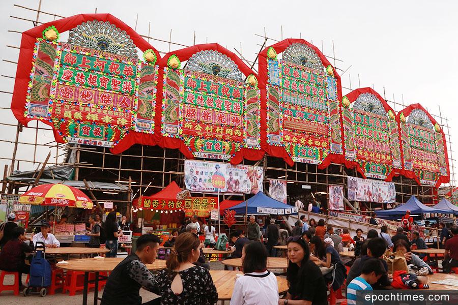河上鄉洪聖寶誕舉行期間,在村前的戲棚一連五夜四日上演神功戲。(陳仲明/大紀元)