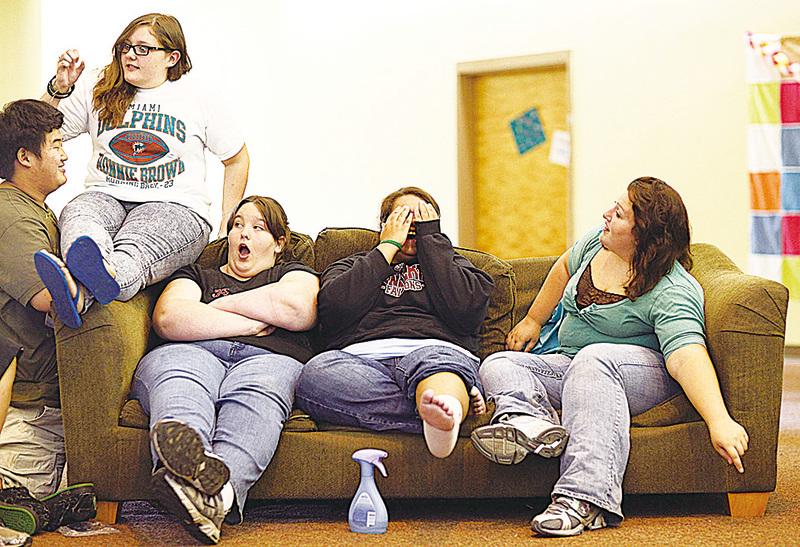 英國維康基金會桑格研究所的研究表明,肥胖可能具有傳染性,會像病菌般傳播。圖為一群肥胖年輕人。(Getty Images)