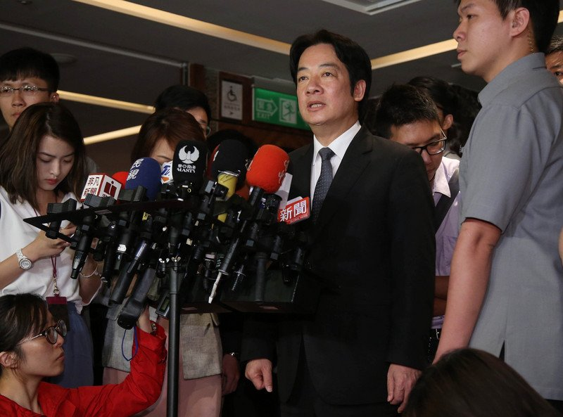 台灣行政院長賴清德(前右2)5月2日表示,併吞台灣是中國(中共)的國策,多年來中國積極的在國際上封鎖台灣的生存空間,也挖台灣的邦交國,這些都不是一天的事情。(中央社)