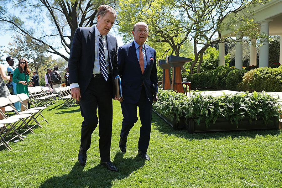 美國商務部長羅斯周二(5月1日)將隨團赴北京進行貿易談判,出發前表示,「如果不預期會有好結果,我不會出這趟遠門。」圖為羅斯(右)與貿易代表萊特希澤。(Chip Somodevilla/Getty Images)