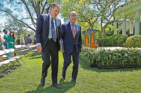 美國商務部長羅斯(右)與貿易代表萊蒂澤(左)。(Chip Somodevilla/Getty Images)