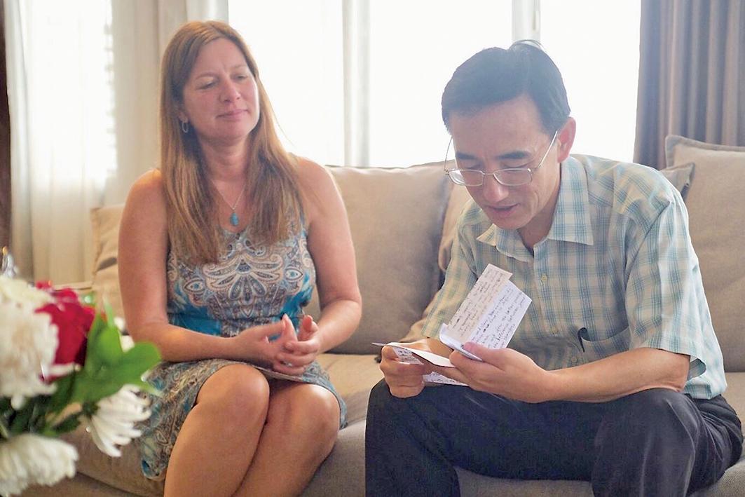 孫毅2016年底逃到印度尼西亞後,在美國發現求救信的朱莉專程去看望他。(《求救信》劇照)(明慧網)