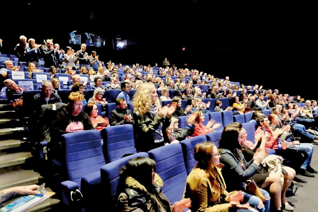 4月27日,《求救信》在多倫多劇院(TIFF Bell Lightbox)公映。電影結束時,觀眾起立鼓掌。(明慧網)