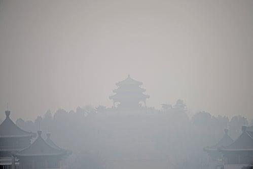 今年3月,持續遭到陰霾襲擊的北京。(AFP)