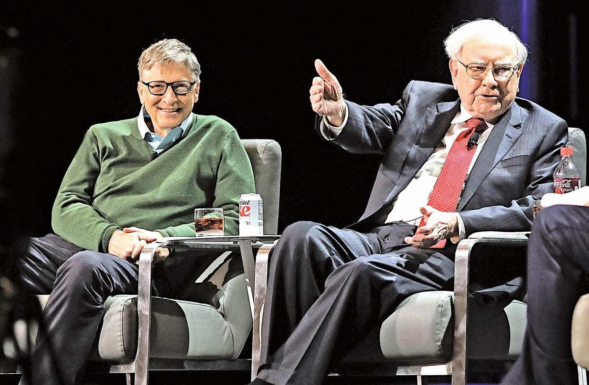 沃倫‧巴菲特、比爾‧蓋茨在事業上取得巨大成功,但同時,他們在生活中的另一面也都為人父母。(Spencer Platt/Getty Images)