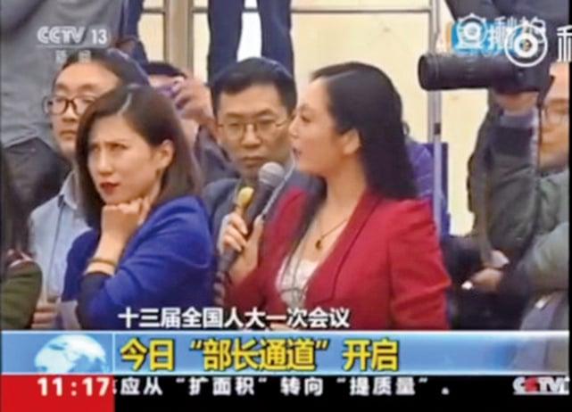 在中共兩會上,因為「翻白眼」事件而備受外界關注的紅、藍衣兩名女記者。左為梁相宜,右為張慧君。(網絡圖片)