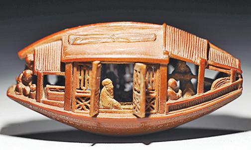 明朝紙幣上一項絕巧的工藝——微雕。圖為乾隆二年 陳祖章 雕橄欖核舟(底刻「後赤壁賦」全文)。(公有領域)