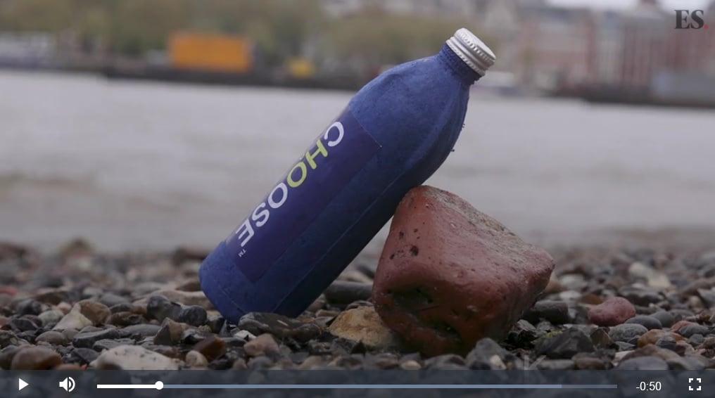 英國男子朗克羅夫特(James Longcroft)研發出一款防水紙瓶,三周便可分解,可減少對環境的污染。(視像擷圖)