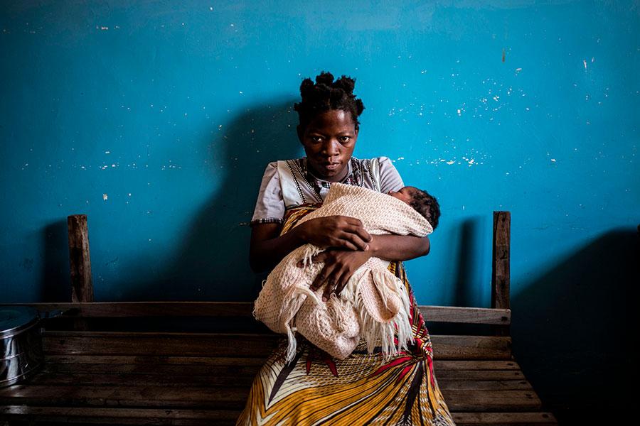 立委王定宇表示,有非洲國家投靠中共後,不但沒有拿到贈款,反而變成欠債、更窮,甚至愛滋病一發不可收拾。圖為馬拉威一名感染愛滋病的母親及她的小孩。(MARCO LONGARI/AFP/Getty Images)