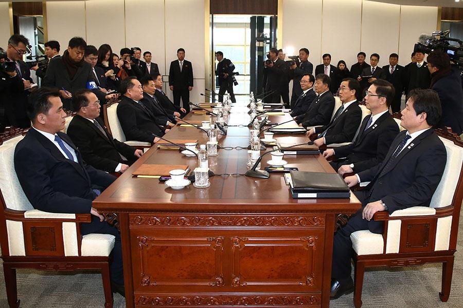 圖為兩韓會談1月9日上午在板門店南韓轄區「和平之家」舉行,南北韓各五人組成代表團隔著會談桌左(北韓)右 (南韓)相對而坐。(中央社)