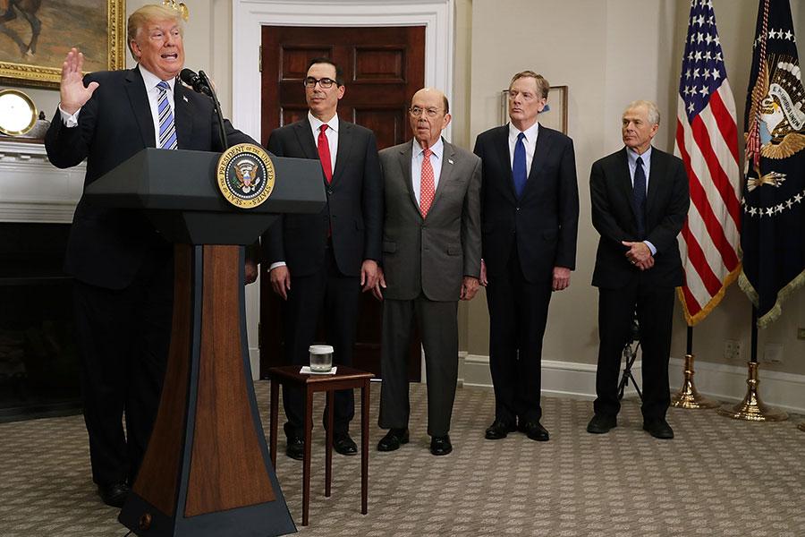 周三,美國財長姆欽表示,總統特朗普顧問團隊在討論後對投資限制達成一致看法。(Chip Somodevilla/Getty Images)
