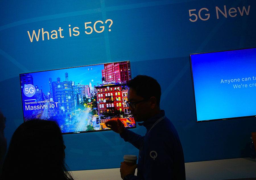 美政府高層官員在訪華前對外證實,移動通訊系統5G是美國發展的優先項目。圖為美國通訊巨頭高通在2017年消費電子展(CES)期間的展會。(Alex Wong/Getty Images)