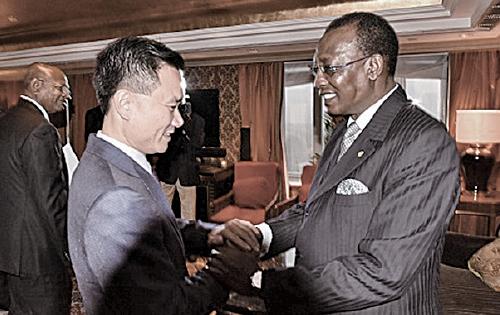 2015年10月16日,中國華信董事局主席葉簡明(左)在北京與被指接受何志平行賄的乍得總統代比見面。(網絡圖片)