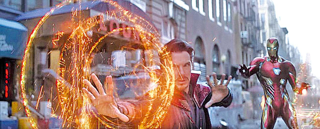 本片締造了未曾出現過的英雄組合,如鐵甲奇俠(右)首次與奇異博士(左)見面。這些新穎的對手戲均呈現出精彩的火花。