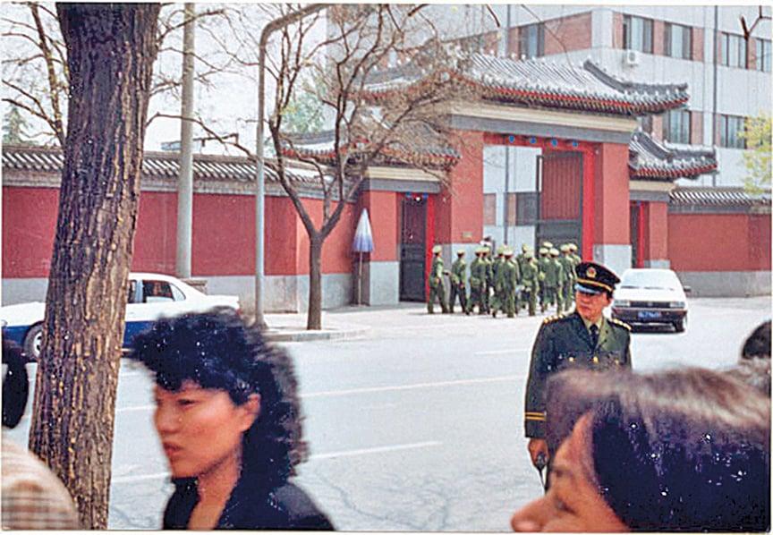 4.25上訪現場圖片顯示,無人聚集在中南海紅牆一側。(明慧網)