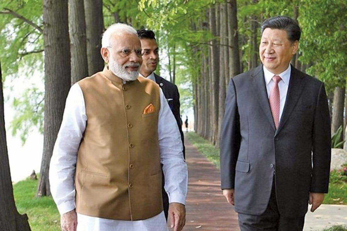 中國國家主席習近平28日在湖北武漢,接見到訪的印度總理莫迪,兩人在著名的東湖賓館湖邊漫步閒談。(微博圖片)
