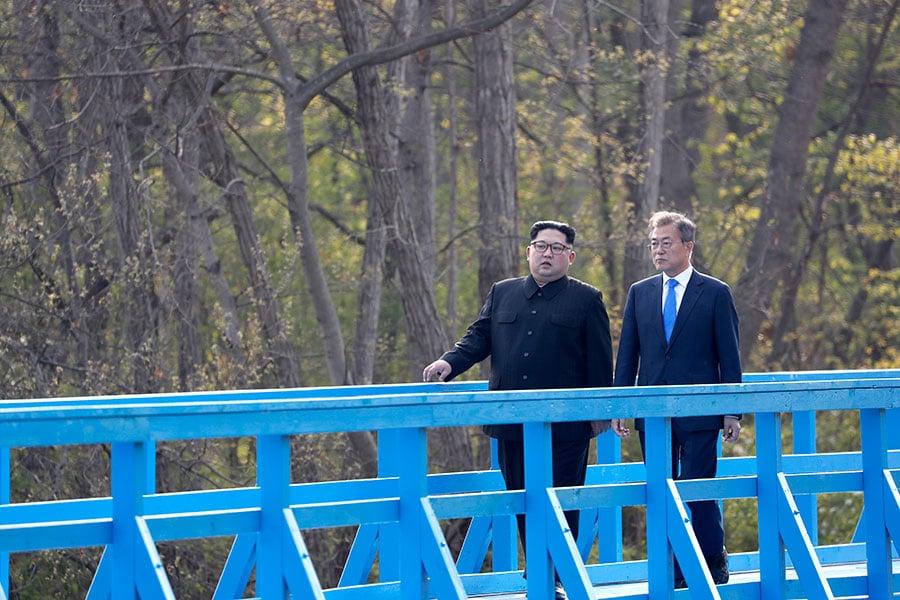 2018年4月27日,南韓總統文在寅與北韓領導人金正恩私下交談約半個小時。(AFP PHOTO/Korea Summit Press Pool)