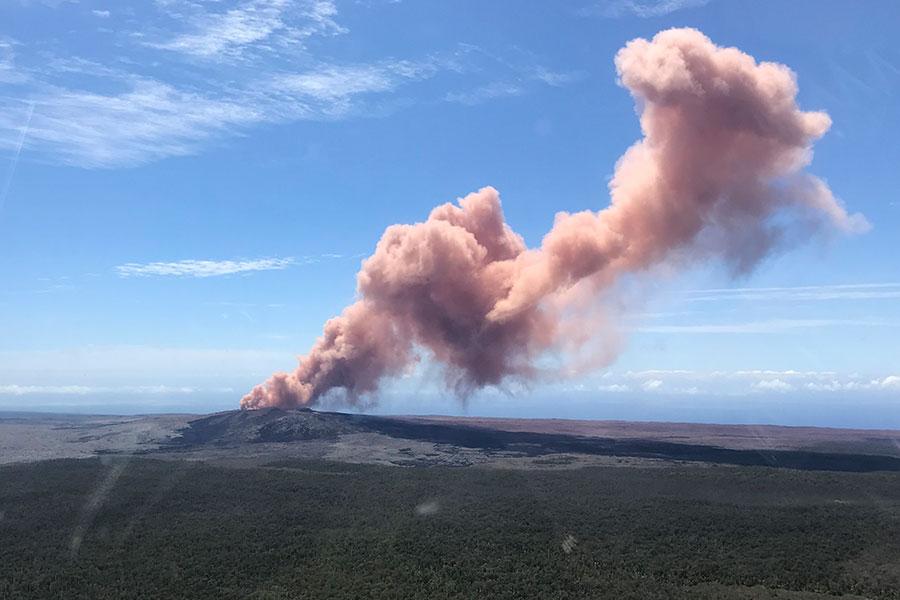 夏威夷近兩天地震活動頻繁,奇勞亞火山於當地時間周四出現噴發現象,火山熔岩流入住宅區,當地民防部門已經發佈了緊急疏散令。(AFP PHOTO / US Geological Survey / Kevan Kamibayashi)