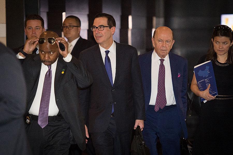 圖為5月4日,美國貿易代表團成員在北京,正準備與中方代表會晤。(NICOLAS ASFOURI/AFP/Getty Images)