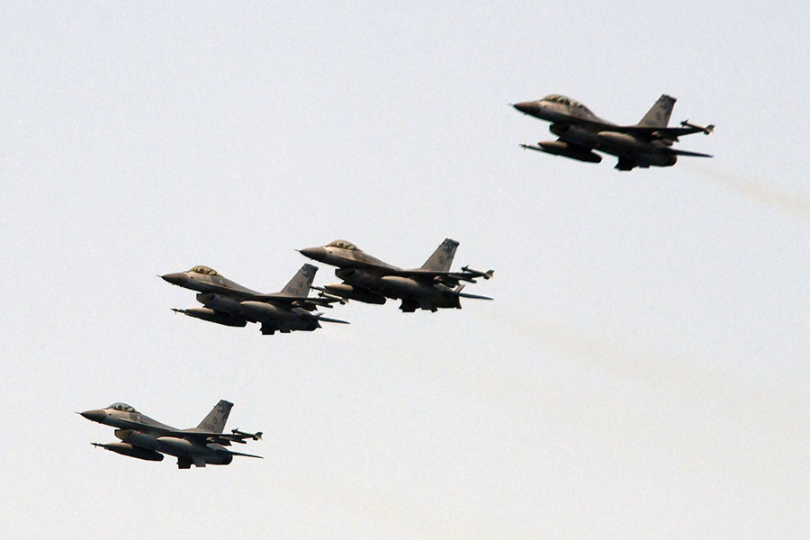 美國智庫研究員易思安(Ian Easton)認為,中共軍方不太可能閃電入侵台灣。圖為2018年4月13日,台灣軍方的F-16戰機在宜蘭附近進行演習。(SAM YEH / AFP)