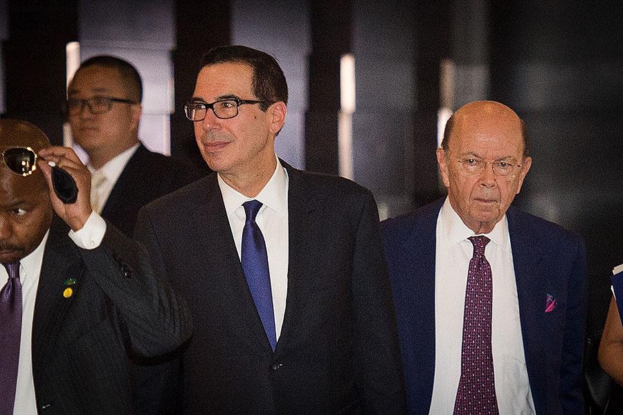 由財政部長姆欽和貿易代表萊特希澤率領的美國代表團向中方提出了八大要求,包括要求中共在未來兩年削減美中貿易赤字2000億美元、停止補貼先進製造業領域。圖為姆欽(右二)和羅斯(右一)。(NICOLAS ASFOURI/AFP/Getty Images)